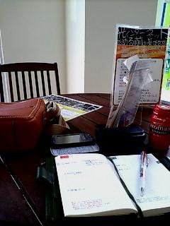 X01HTと、ほぼ日手帳と、土屋鞄オイルヌメ・ジップトップショルダーの写真