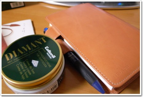 ほぼ日手帳とコロニル シダーウッド オイルの写真